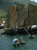 People Pole Small Boats Near Junks with Sails Raised for Drying Fotografisk trykk av Joseph Baylor Roberts