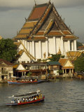 Tourists Arrive in Boats at a Riverside Temple in Bangkok Fotografisk tryk af Paul Chesley
