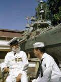 Young Petty Officer Talks with a Retired Chief Petty Officer Fotografisk trykk av Joseph Baylor Roberts
