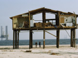 Men Look at a Hurricane Destroyed Home on a Beach. Oil Rigs Offshore Fotografisk tryk af Paul Chesley
