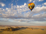 Hot Air Balloon in Flight over the Namib Desert Lámina fotográfica por Annie Griffiths Belt