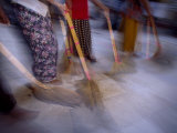 Burmese Women Sweep Temple Grounds Fotografisk tryk af Paul Chesley