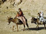 Kashgai Family on Baggage-Laden Burros Migrates to Mountain Pastures Fotografisk trykk av Joseph Baylor Roberts