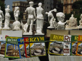 Travel Magazines in Assorted Languages and Souvenir Statues for Sale Fotografisk tryk af Paul Chesley