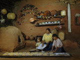 Family Prepares Tortillas Beside an Adobe Beehive-Shaped Oven Lámina fotográfica por Justin Locke