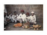 Group of Fruit Merchants Present their Food on a Street in Bombay Lámina fotográfica por Gervais Courtellemont