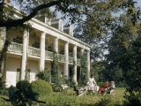 Servant Brings Tea to Women Seated on Lawn Outside Plantation House Lámina fotográfica por Justin Locke