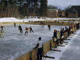 Students Play Ice Hockey on Frozen Pond on Private School's Campus Fotografisk tryk af Robert Sisson