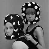 Celia Hammond och Patty Boyd i Edward Manns Dots and Moons Helmets, 1965 Gicléetryck av John French