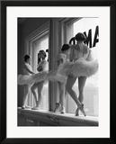 Ballerinas auf einem Fensterbrett im Übungsraum an der George Balanchine's School of American Ballet Kunstdruck von Alfred Eisenstaedt
