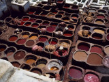 Workers in the Dyeing Pits of a Leather Tannery, Fez, Morocco Photographie par Susanna Wyatt