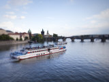 Tour Boat on Vltava River, Prague, Czech Republic Photographie par Jon Arnold