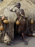 Datoga Woman Relaxes Outside Her Thatched House, Tanzania Photographie par Nigel Pavitt