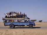Crowded Bedford Bus Travels Along Main Road from Khartoum to Shendi, Old Market Town on Nile River Lámina fotográfica por Nigel Pavitt