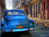 Blaues Auto in Havanna, Kuba, Karibik Fotografie-Druck von Nadia Isakova