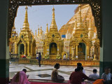 Burma, Yangon, Devout Buddhists Pray at the Shwedagon Golden Temple, Myanmar Photographie par Nigel Pavitt