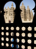 Djenné, the Great Mosque of Djenné from a Traditional Moroccan-Style Latticed Window, Mali Fotografisk tryk af Nigel Pavitt