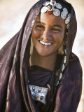 A Tuareg Woman with Attractive Silver Jewellery at Her Desert Home, North of Timbuktu, Mali Fotografisk tryk af Nigel Pavitt
