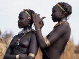 Dassanech Girl Braids Her Sister's Hair at Her Village in the Omo Delta Fotografisk tryk af John Warburton-lee