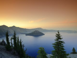 Oregon, Crater Lake National Park, Crater Lake and Wizard Island, USA Stampa fotografica di Michele Falzone