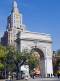 Washington Arch Stands in Washington Place with Backdrop of High Rise Buildings, Greenwich Village Fotografie-Druck von John Warburton-lee