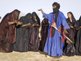 Timbuktu, A Group of Tuareg Men and Women Sing and Dance Near their Desert Home, Mali Lámina fotográfica por Nigel Pavitt