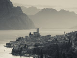 Veneto, Lake District, Lake Garda, Malcesine, Aerial Town View, Italy Papier Photo par Walter Bibikow