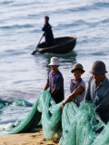 Carrying Fishing Nets Up the Beach after the Day&#39;s Work Photographie par Paul Harris