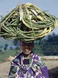 Young Girl Carries Coils of Green 'Rope' to Market Balanced on Her Head Fotografie-Druck von Nigel Pavitt
