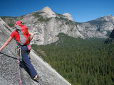 Rock Climber Ascends Slabs at the Base of the Huge Cliff known as the Apron, Yosemite Valley Fotografisk tryk af David Pickford