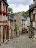 Ancient Cobbled Street and Houses, Rue Du Petit Fort, Dinan, Cotes-D'Armor, Brittany Fotografisk tryk af Peter Richardson