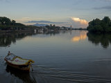 Sampan Ferry on the Sarawak River in the Centre of Kuching City at Sunset, Sarawakn Borneo Photographie par Annie Owen