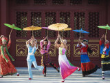 Girls Dancing with Coourful Parasols at the Ethnic Minorities Park, Beijing, China, Asia Fotografisk tryk af Christian Kober
