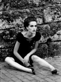 Portrait of a Young Woman in a Dress Sitting on the Ground Fotografie-Druck von Paul Hernandez