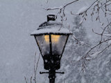 Lamp Post in the Evening Snow Lámina fotográfica por John Churchman