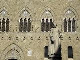Statue of Sallustio Bandini in Front of Palazzo Salimbeni Fotografie-Druck von Annie Griffiths Belt