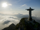 Christ the Redeemer Statue at Sunrise Above the Clouds Lámina fotográfica por Joel Sartore