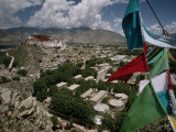 Prayer Flags Above the City of Lhasa and the Potala Palace Fotografisk trykk av Lynn Johnson