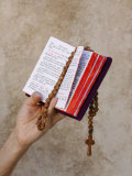 Bible and Rosary Fotografisk tryk af Godong