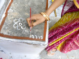 Woman Painting Doorstep with Rice Flour Paste, Making Rangoli Diwali Festival Decorations, India Photographie par Annie Owen