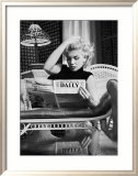 Marilyn Monroe Reading Motion Picture Daily, New York, c.1955 Affiche par Ed Feingersh