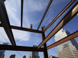Ironworker Walks a Beam Above the 24th Floor of One World Trade Center in New York Fotografická reprodukce