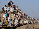 Pakistani Sunni Muslims Return Back to their Homes after Attending an Annual Religious Congregation Lámina fotográfica