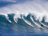 Surfers Ride a Wave at Waimea Beach on the North Shore of Oahu, Hawaii Stampa fotografica