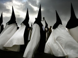 Penitents of La Esperanza De Triana Brotherhood During Holy Week in Seville, Spain Fotografisk tryk