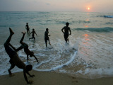 Sri Lankan Tsunami Survivors Play at Akurala Beach Close to their Temporary Shelters Photographie