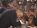 President Barack Obama Visits the Dr. Martin Luther King Charter School of New Orleans, Louisiana Lámina fotográfica