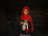 Girl Holds a Puppy as the Sun Sets over Kabul's Impoverished Teppe Maranjan Neighborhood Fotografisk tryk