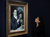 "Giovanna Bertazzoni Poses for Photographers in Front of 1903 Pablo Picasso's ""The Absinthe Drinker"" 写真プリント"