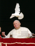 Pope John Paul II Looks at a White Dove After the Angelus Prayer in St. Peter's Square, at Vatican Lámina fotográfica